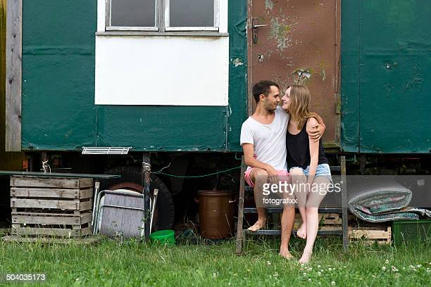 Jeune couple assis en face d'une bande-annonce