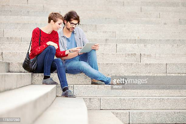 Junges Paar mit digitalen Tablet