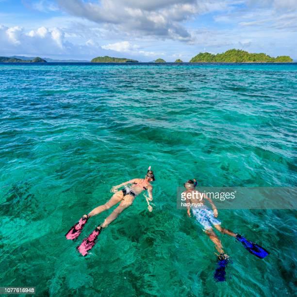 junges paar schnorcheln am ostchinesischen meer, philippinen - cebu stock-fotos und bilder