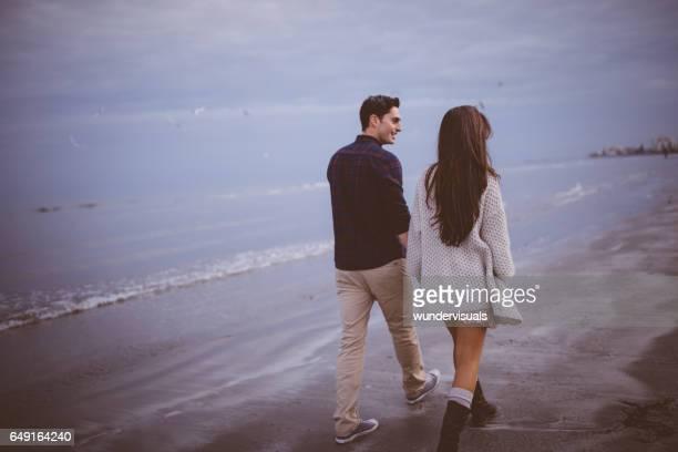 Junges Paar verbringt viel Zeit zusammen am Strand