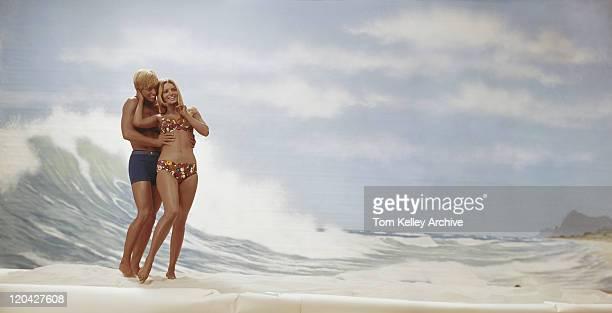 Junges Paar stehen am Strand, die lächelnd