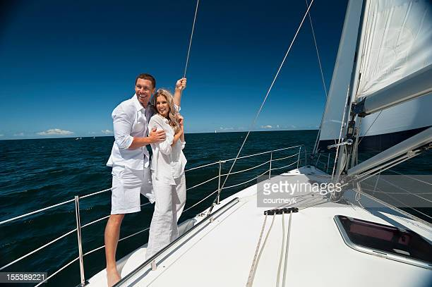 Junges Paar Kuscheln auf Segelboot anderen