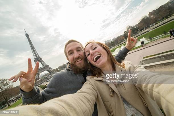 Junges Paar macht selfie-Porträt auf Eiffelturm, Paris