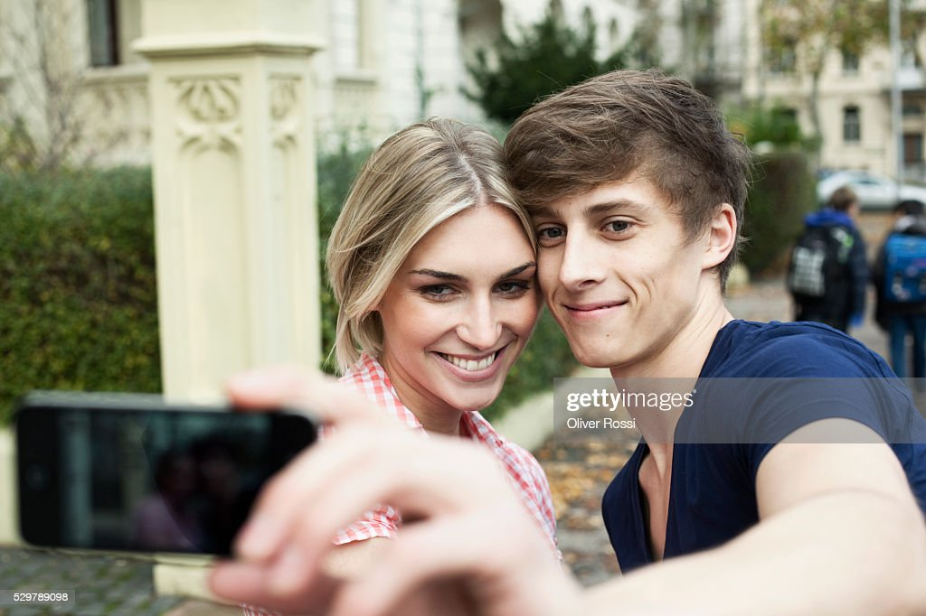Young couple taking a self portrait : Stockfoto
