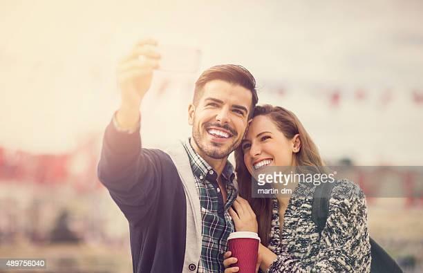 Junges Paar, die Selfies in Istanbul