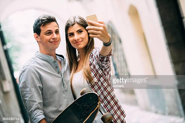 junges paar nehmen selfie auf der straße in der stadt - fotohandy stock-fotos und bilder