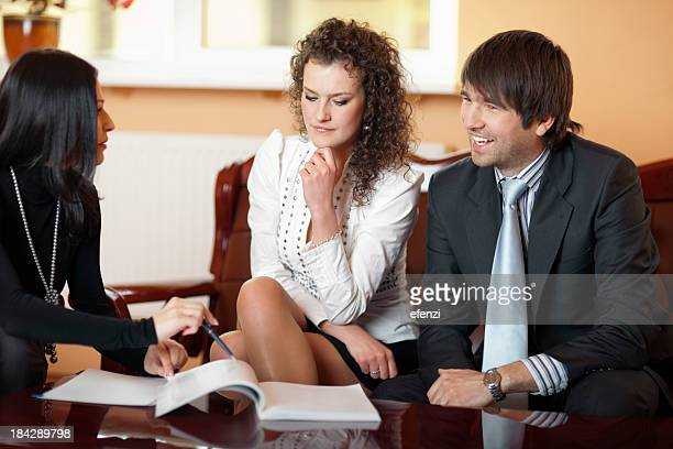 Jeune Couple prenant Mortgage prêt