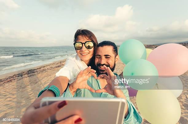 Junges Paar nehmen selfie am Strand