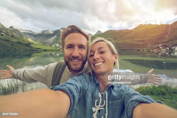 Junges Paar nehmen Selfie in Tignes, Frankreich