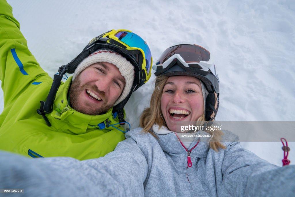 Junges Paar nehmen Selfie auf Skipiste, Schweiz : Stock-Foto