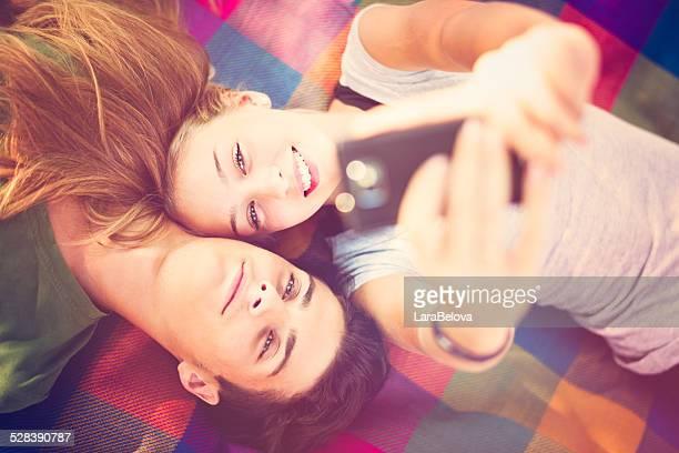 Jeune couple prenant une autophoto