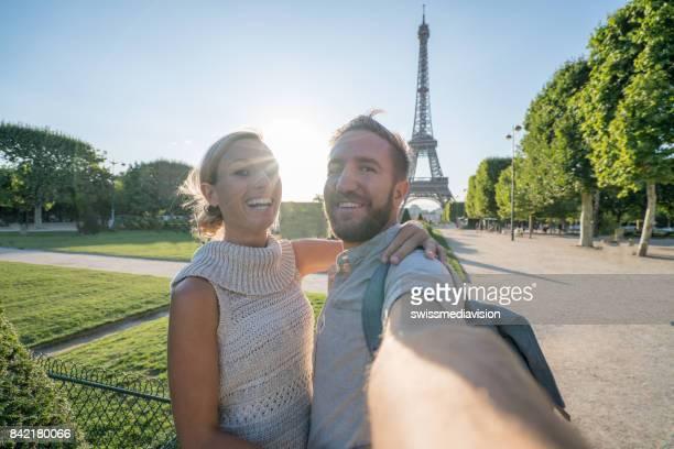 Jeune couple prendre un portrait de selfie à Paris