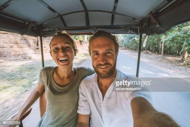 junges paar nehmen selfie während der fahrt auf rikscha - tempel stock-fotos und bilder