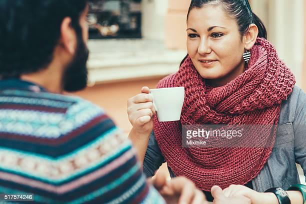 Junges Paar sprechen