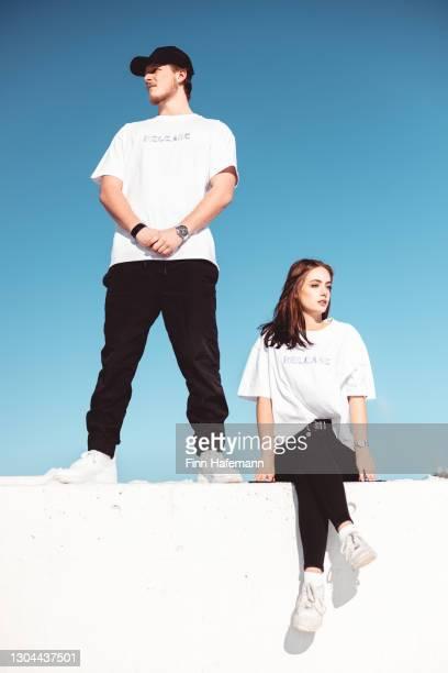 jovem casal juntos em concrete wall fashion portrait. - coleção de moda - fotografias e filmes do acervo