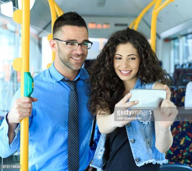 Jeune couple voyageant et faisant selfie