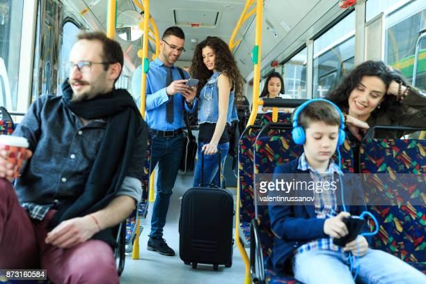Unga par reser och använder smart telefon