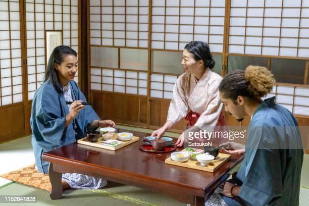 日本で旅行する若いカップル、朝食を食べて - 旅館 ストックフォトと画像