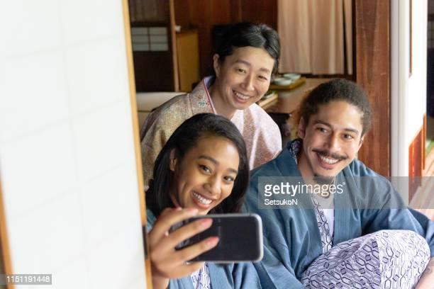 日本を旅行する若いカップル - 混血 ストックフォトと画像