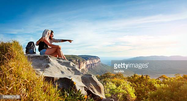young couple traveling in the mountains - blue mountains national park stock pictures, royalty-free photos & images