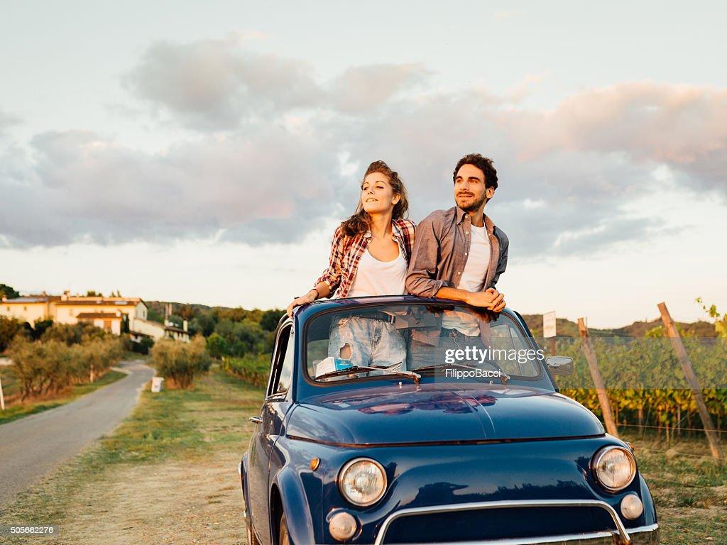 Junges Paar mit einem Retro Auto-Reise : Stock-Foto