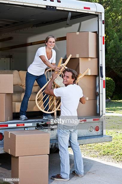 Jeune couple de déchargement Camion de déménagement