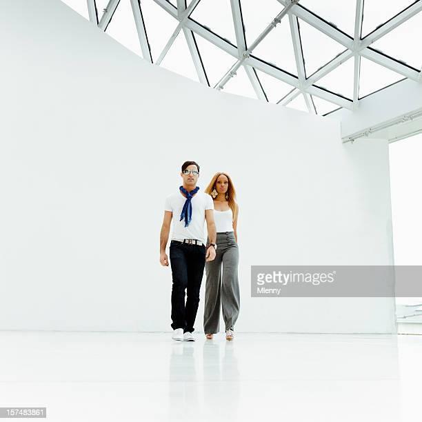 jeune couple urbain la mode de marche - défilé photos et images de collection