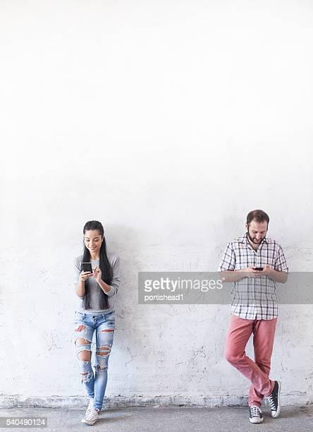 Junges Paar mit Smartphones