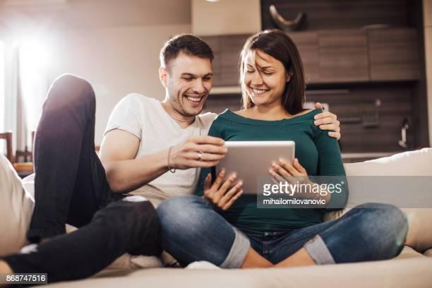 Junges Paar mit einem tablet arbeitet