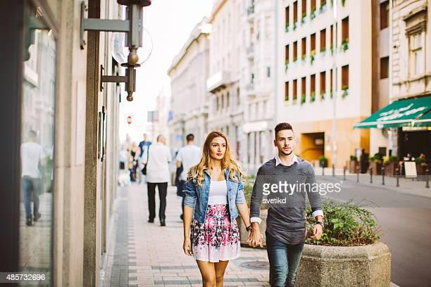 Joven Pareja caminando calles de la ciudad.