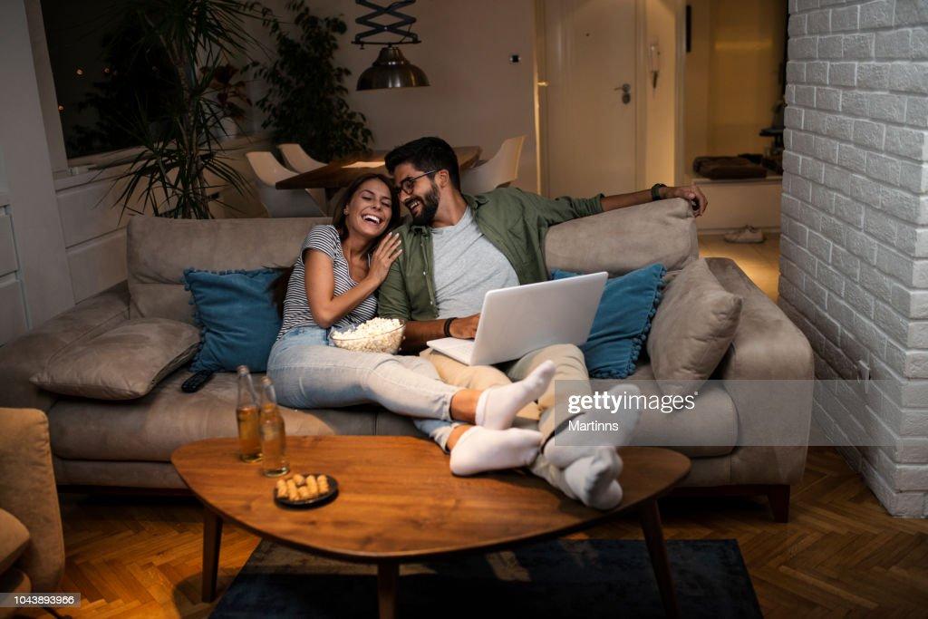 ノート パソコンで映画を見ている若いカップル。 : ストックフォト