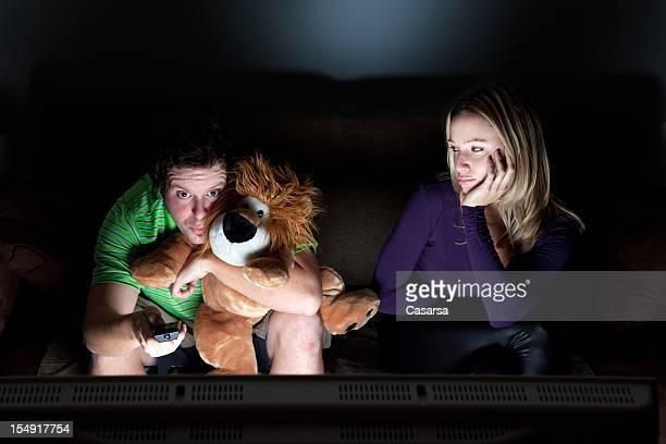 Jovem Casal vê televisão