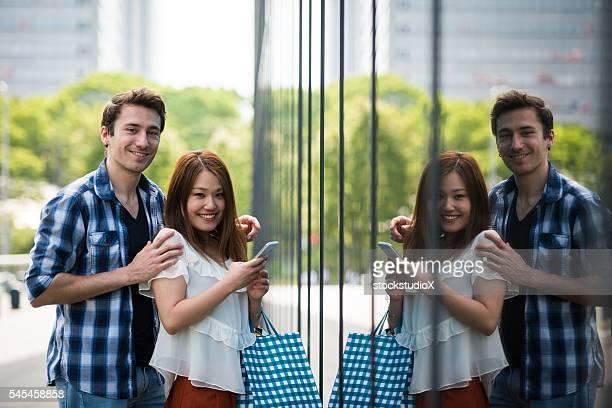 若いカップルウィンドウショッピング