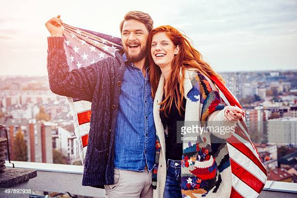 Jeune couple avec drapeau américain.