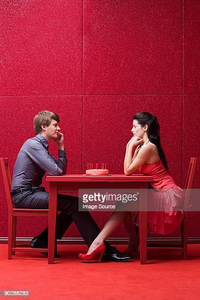 若いカップルとケーキ