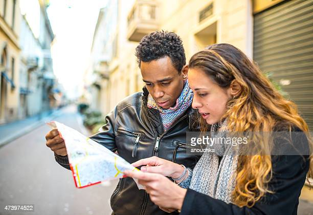 Giovane coppia con mappa della città in meno di Milano