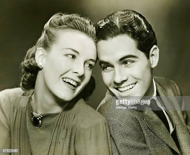 若いカップルに付きヘッド、笑顔、(B &W