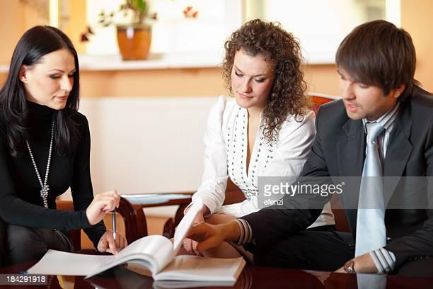 Jeune Couple avec Agent d'assurance