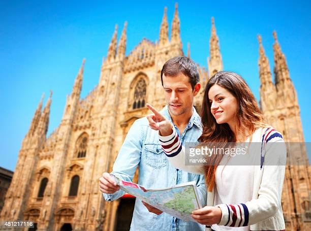 Giovane coppia con la mappa visitando la Cattedrale di Milano