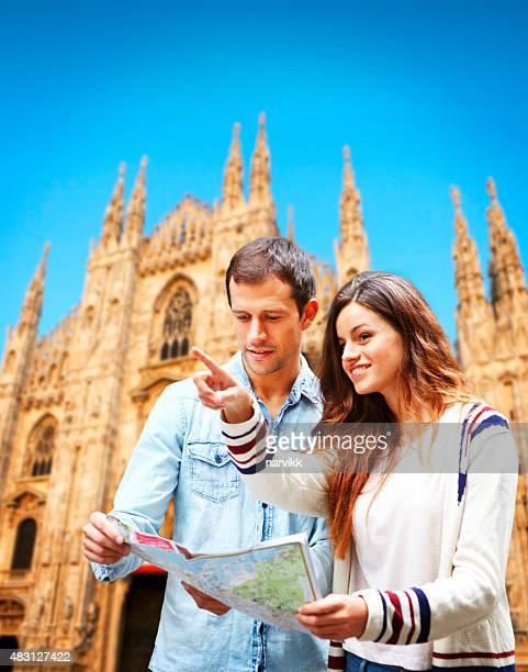 若いカップルで訪れるミラノ大聖堂へのマップ