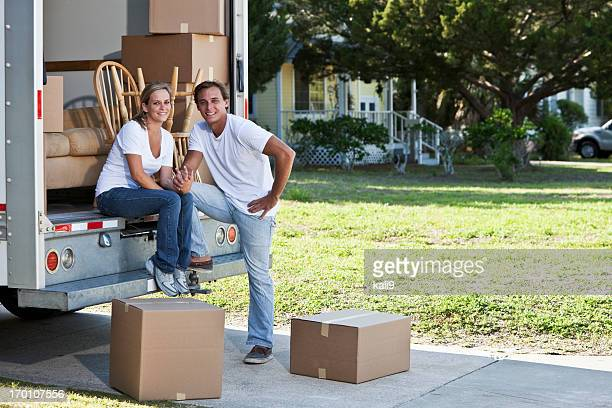 Junges Paar mit beweglichen LKW