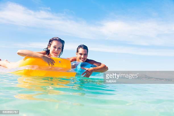 Junges Paar mit pool raft