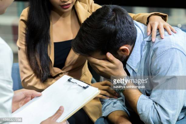 young couple with  problem to consult psychologist. - 和解 ストックフォトと画像
