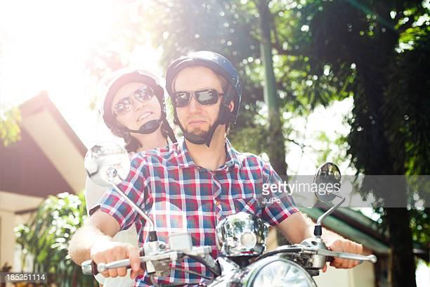 Pareja joven con un scooter