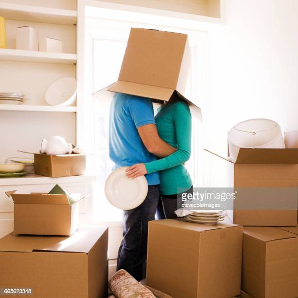 jeune couple avec entouré en déplaçant les boîtes. - demenagement humour photos et images de collection