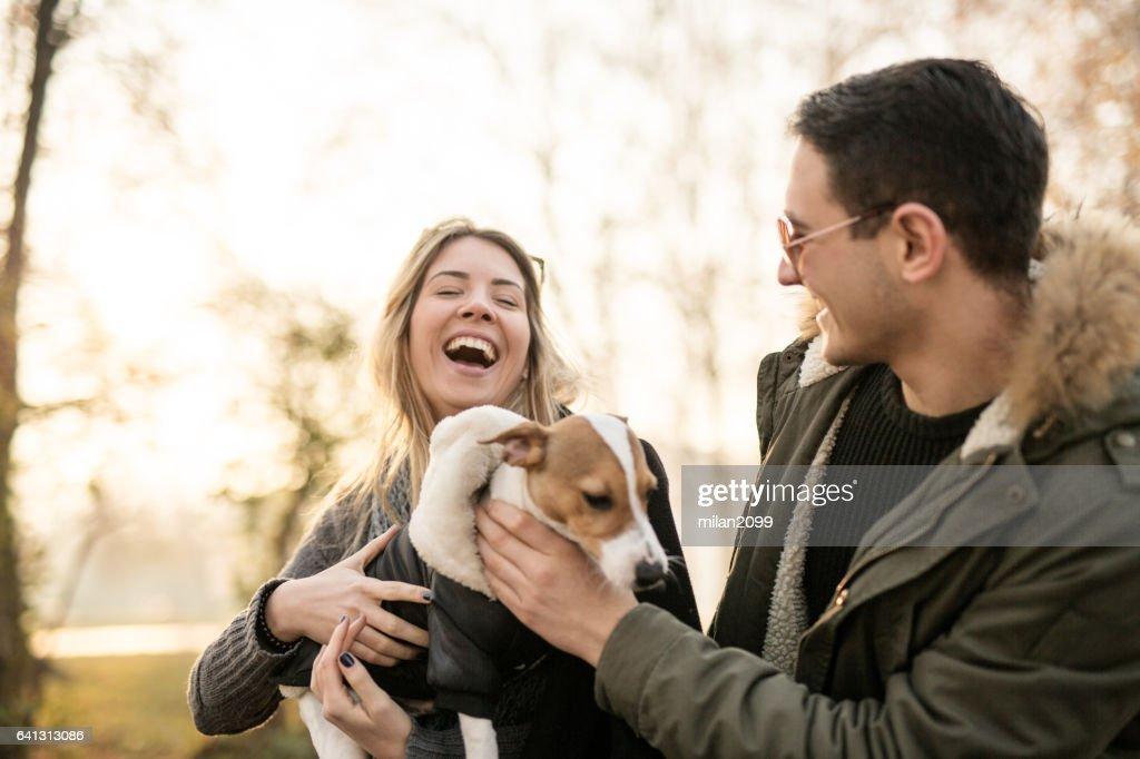 Junges Paar mit ihren Jack Russell Welpen : Stock-Foto