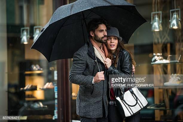 Junges Paar mit Schirm im street