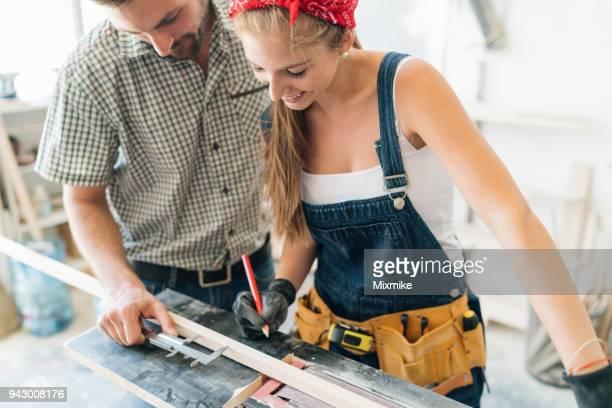 junges paar, arbeiten an der schleifmaschine in schreinerei - unterschicht stereotypen stock-fotos und bilder