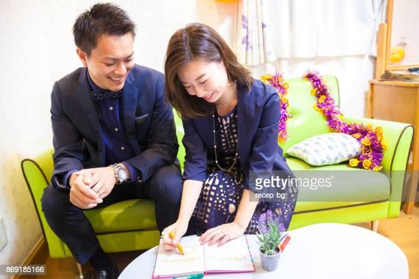 若いカップル書き込みハッピーハロウィン