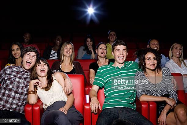 Joven pareja disfrutando de una película